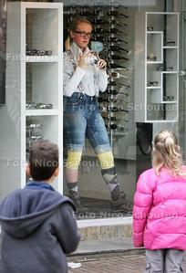 levende etalages in de Dorspstraat - ZOETERMEER 21 MAART 2010 - FOTO NICO SCHOUTEN