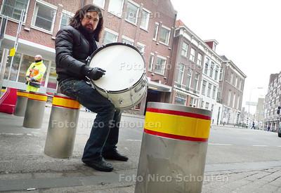 Muzikant/percusionist Ferdinand van Duuren bij de pollers op de Lutherse Burgwal - DEN HAAG 11 MAART 2010 - FOTO NICO SCHOUTEN