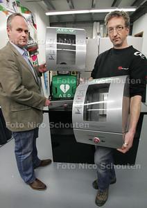 Stichting Hart voor je Stad heeft AED's maar die kunnen niet worden gebruikt. Jacques Doezum(l) en Ed Gareman - ZOETERMEER 11 MAART 2010 - FOTO NICO SCHOUTEN