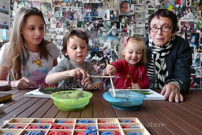 Oppasoma Miriam Samson met haar kleinkinderen. oppas oma Miriam Samson moet een examen doen om nog op haar kleinkinderen te mogen passen - DEN HAAG 6 MEI 2010 - FOTO NICO SCHOUTEN