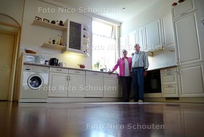 Piet Taal en vrouw in hun verbouwde stuurmanswoning in Scheveningen / WONEN2 - DEN HAAG 5 MEI 2010 - FOTO NICO SCHOUTEN