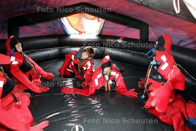 Nationale Reddingbootdag KNRM, Scheveningen - Kinderen vermaken zich in overlevingspakken en een overlevingsvlot dat in een waterbasin op het terrein staat - DEN HAAG 8 MEI 2010 - FOTO NICO SCHOUTEN