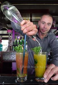 Nieuwe cocktailbar bij scheveningse strandtent Peukie. Cocktailspecialist Niels Croes maakt twee Mojito's voor ons. Links met bloedsinaasappel, rechts met passievrucht - DEN HAAG 3 MEI 2010 - FOTO NICO SCHOUTEN