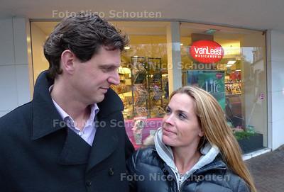 Koninginnedag eindigde voor Jacqueline d'Hondt dit jaar in een klein drama. Haar mobiele telefoon, met daarop foto's van haar onlangs overleden vader, werd die dag per ongeluk door haar man Robbert verkocht op de vrijmarkt in Den Haag- Jacqueline en Robbert op de plek des onheis voor Paagman op de Willem de Zwijgerlaan - DEN HAAG 3 MEI 2010 - FOTO NICO SCHOUTEN
