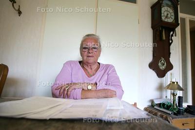 mevrouw Vogel-Dijkhuizen, die het verhaal vertelt van haar man, die in verpleeghuis Nebo zat, waar hij slecht is behandeld en overleden  de klachtencommissie heeft haar gelijk gegeven) - WASSENAAR 4 MEI 2010 - FOTO NICO SCHOUTEN
