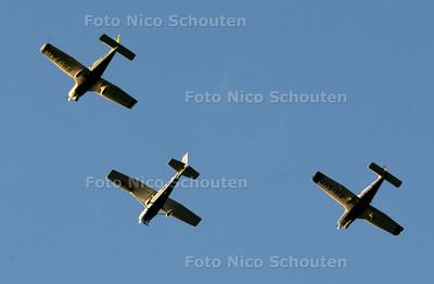 Dodenherdenking - drie vliegtuigjes vliegen over - ZOETERMEER 4 MEI 2010 - FOTO NICO SCHOUTEN