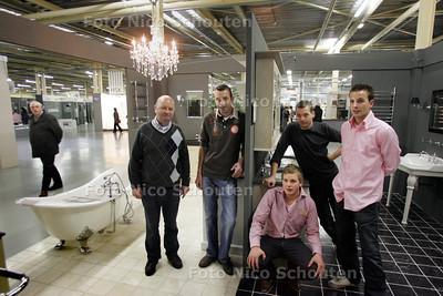Oprichter Dirk Huurman met zijn zoons in de nieuwe, megagrote Bouwhof - ZOETERMEER 19 NOVEMBER 2010 - FOTO NICO SCHOUTEN