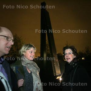 """Onthulling kunstwerk(en) """"leunende pylonen"""" - Buurtbewoonster Loes Goossens en stedebouwkundig ontwerper Caroline Wigleven die de omgeving van de kunstewerken ontworpen heeft - ZOETERMEER 18 NOVEMBER 2010 - FOTO NICO SCHOUTEN"""