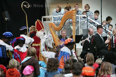 Sinterklaas in het Atrium van het Stadhuis - DEN HAAG 20 NOVEMBER 2010 - FOTO NICO SCHOUTEN