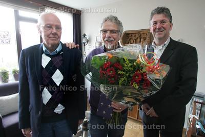 Gerard Bruin (m) wordt in de bloemetje gezet door Edo Haan (wijkwethouder Buytenwegh De Leyens). Hij wist zijn buurman Han Nieuwenburg te reanimeren toen hij op 11 februari van dit jaar een hartstilstand kreeg - ZOETERMEER 26 NOVEMBER 2010 - FOTO NICO SCHOUTEN