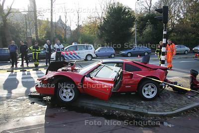 """""""Schat... ik ben iets later thuis... ik heb een ongelukje met de Ferrari gehad... ik raakte de controle een beetje kwijt..."""" - Deze man reed zijn Ferrari waarschijnlijk Total loss op de Carnegielaan bij het Vredespaleis. Ïk gaf een dotje gas en de wagen begon te spinnen, er was geen houden meer aan"""" Hij ramde een lantarenpaal en twee verkeerslichten. Eén van de verkeerslichten werd plat gevouwen onder de wagen.... Gelukkig vielen er geen gewonden - DEN HAAG 20 NOVEMBER 2010 - FOTO NICO SCHOUTEN"""