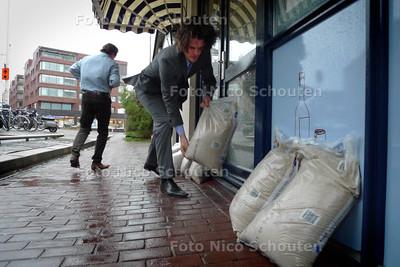 Brasserie Braque in Scheveningen bereid zich voor op de komende storm - DEN HAAG 11 NOVEMBER 2001 - FOTO NICO SCHOUTEN