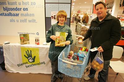 """Jaarlijkse inzamelactie van de Dierenbescherming voor de Haagse asieldieren. In vier supermarkten en drie dierenspeciaalzaken staan vrijwilligers van de Haagse Dierenbescherming de hele dag klaar om de goederen voor de dieren in de Haagse asielen in ontvangst te nemen. De mensen keijgen bij binnenkomst van de winkel een verlanglijstje waar op staat: Kattenvoer; hondenkluifjes, enz, enz en én pindakaas. Pindakaas??? """"Ja dat vinden egeltjes lekker"""" Nou ja? - DEN HAAG 27 NOVEMBER 2010 - FOTO NICO SCHOUTEN"""