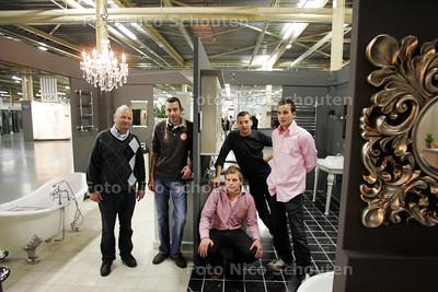 Oprichter Dirk Huurman (l) met zijn zoons in de nieuwe, megagrote Bouwhof - ZOETERMEER 19 NOVEMBER 2010 - FOTO NICO SCHOUTEN