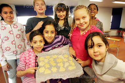 Kinderen bakken koekjes bestemd voor de Voedselbank bij stadsboerderij Molenweide - DEN HAAG 24 NOVEMBER 2010 - FOTO NICO SCHOUTEN