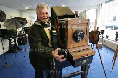 Jos Otterloo van het fotografica museum Zoetermeer in 'zijn' museum. Over een week wordt de tentoonstelling '150 jaar analoog fotografie' geopend - ZOETERMEER 30 NOVEMBER 2010 - FOTO NCIO SCHOUTEN