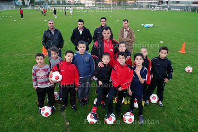 voetbaltrainers/leiders van HMC  met kinderen van diverse teams bij de training - DEN HAAG 21 OKTOBER 2010 - FOTO NICO SCHOUTEN