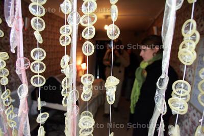 """Vervolg project mensenhandel - OPTOCHT AFGELAST !!! - Een blik in één van de containers. De container ingericht met een """"stampend bed"""" en een gordijn van condooms maakt veel indruk - DEN HAAG 16 OKTOBER 2010 - FOTO NICO SCHOUTEN"""