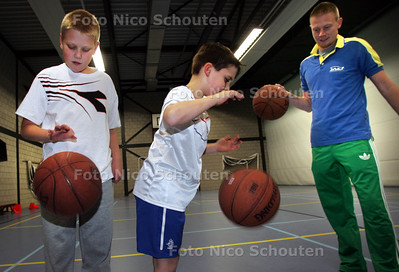 Zaalsport voor autistische kinderen. Rechts de instructeur Julien de Jager - DEN HAAG 27 OKTOBER 2010 - FOTO NICO SCHOUTEN