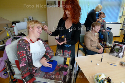 Zwaar gehandicapte cliënten van De Compaan - Kim de Bruijn wordt oppgemaakt door medewerkster Vera de Zwart. Omdat er vanavond een feest is krijgen de cliënten, die dat willen, make-up - DEN HAAG 15 OKTOBER 2010 - FOTO NICO SCHOUTEN