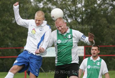 Voetbal; DWO-Wassenaar; Dave vd Burg van DWO in kopduel met Sander v Kuyen van Wassenaar - ZOETERMEER 30 OKTOBER 2010 - FOTO NICO SCHOUTEN