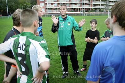 voetballer Stefan van der Kruk. Hij geeft training aan de jeugd - DEN HAAG 5 OKTOBER 2010 - FOTO NICO SCHOUTEN