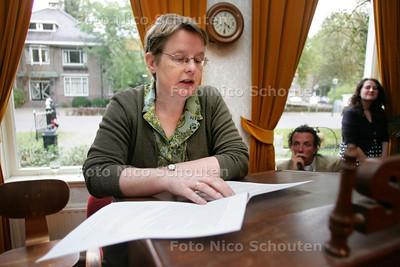 """Prijsuitreiking schrijfwedstrijd """"mijn Mepal herinnering"""" - winnares Connie van de Velde - ZOETERMEER 13 OKTOBER 2010 - FOTO NICO SCHOUTEN"""