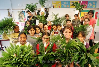 Planten in de klas op Basisschool Onze Wereld groep 7B. Ieder kind moet voor zijn eigen plant zorgen. - DEN HAAG 7 OKTOBER 2010 - FOTO NICO SCHOUTEN
