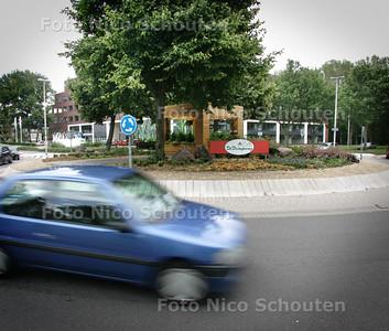 Adoptierotonde op de Van Leeuwenhoeklaan/J.L. v. Rijweg met bouwwerkje - ZOETERMEER 4 AUGUSTUS 2010 - FOTO NICO SCHOUTEN