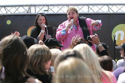 Hollandse artiesten op de Pier, Peter Beense zingt ook een nummer met zijn dochter Melanie - DEN HAAG 11 AUGUSTUS 2010 - FOTO NICO SCHOUTEN