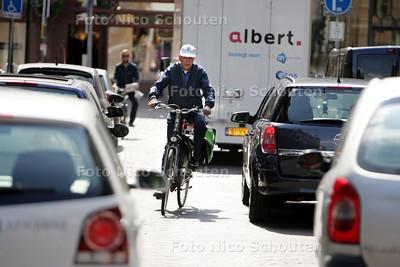 Daan Goedhart, voorzitter van de Haagse afdeling van de Fietsersbond, maakt zich zorgen over de gebrekkige fietsvoorziening in de stad. Vooral op de smalle Heulstraat is het raak - DEN HAAG 7 AUGUSTUS 2010 - FOTO NICO SCHOUTEN