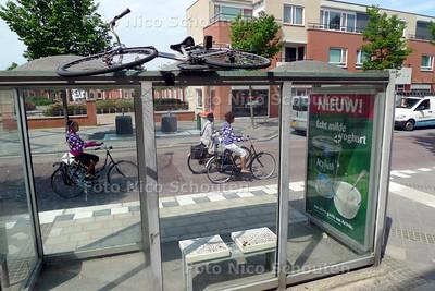 In de Acaciastraat ligt een fiets boven op het glazen dak van een bushokje in plaats van in de stalling ernaast - MONSTER 9 AUGUSTUS 2010 - FOTO NICO SCHOUTEN
