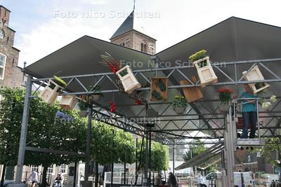 Opbouw van Wilhelminaplein voor feestweek - NAALDWIJK 9 AUGUSTUS 2010 - FOTO NICO SCHOUTEN