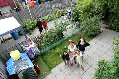 Mevrouw Jos de Witte en dochter en kleinkinderen en wie verder wil. De vroegere gemeenschappelijke tuin is na burenruzies opgedeeld in kleine prive-tuinen - DEN HAAG 12 AUGUSTUS 2010 - FOTO NICO SCHOUTEN