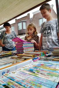 boekenmarkt in de dorpsstraat - ZOETERMEER 7 AUGUSTUS 2010 - FOTO NICO SCHOUTEN