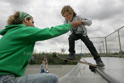 """Gratis skatelessen van Dreams in het skatepark aan de Arckelweg in Poeldijk. Ralph Groenheijde helpt een deelnemer op de """"quarterpipe"""" - POELDIJK 18 AUGUSTUS 2010 - FOTO NICO SCHOUTEN"""