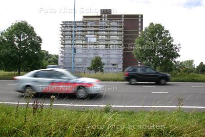 De flat aan het Haagsebos staat in de steigers - ZOETERMEER 12 AUGUSTUS 2010 - FOTO NICO SCHOUTEN