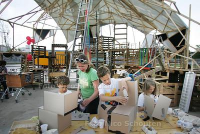 Kinderen bouwen de stad van hun dromen van gerecycled materiaal op festival Anarchitecture, Calve-terrein - DELFT 14 AUGUSTUS 2010 - FOTO NICO SCHOUTEN