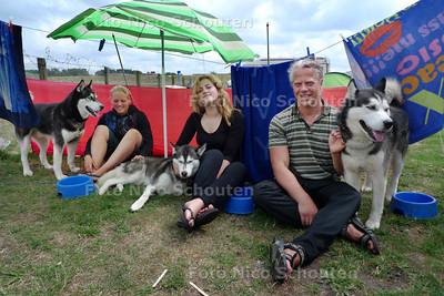 """Camping de Molenslag. Familie Smit met hun drie siberische husky's Koyak, Anoek en Kayough uit Schiedam hebben tot nu toe geen probleem met de regen. """"Als het te erg wordt zijn we zo weer thuis"""" - MONSTER 4 AUGUSTUS 2010 - FOTO NICO SCHOUTEN"""