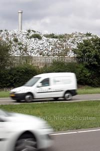 Afvalberg bij Van Vliet Contrans - WATERINGEN 5 AUGUSTUS 2010 - FOTO NICO SCHOUTEN