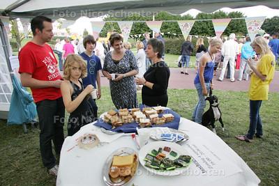 High tea in tent met bewoners en jongeren Floriadepark - ZOETERMEER 5 SEPTEMBER 2010 - FOTO NICO SCHOUTEN