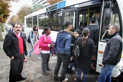 Stewards met leerlingen van Van Vredenburch College bij de halte van bus 130 Veolia richting Den Haag - RIJSWIJK 28 SEPTEMBER 2010 - FOTO NICO SCHOUTEN