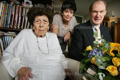 Mevrouw M.A. Hagen viert 2 september haar 100e verjaardag. Mevr Hagen heeft één dochter, drie kleinkinderen en twee achterkleinkinderen. Veertig jaar geleden is ze in Zoetermeer komen wonen en sindsdien woont ze in de zelfde flat op de Willem van Cleeflaan. Daarvoor heeft ze in Dordrecht gewoond. Tot na haar pensioen heeft ze met veel plezier bij de PTT gewerkt in Den Haag. Mevr Hagen is geboren in Indië, vlak na de oorlog is ze naar Nederland gekomen. Tot nu toe heeft ze altijd zelfstandig gewoond maar deze maand gaat ze bij haar dochter intrekken. Ze gaat nog steeds graag op vakantie of wandelen met haar dochter. In een rolstoel, maar ze loopt ook nog af en toe een stukje. Ze vindt de kinderboerderij erg leuk. - Op de foto Mevr. Hagen, dochter Annette Hagen en burgemeester Waaijer - ZOETERMEER 2 SEPTEMBER 2010 - FOTO NICO SCHOUTEN