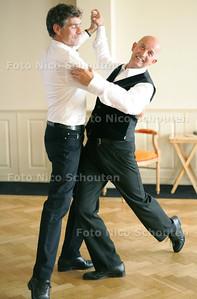 Nijenhuis en zijn mannelijke danspartner. De dansschool van Nijenhuis, Step by Step, is speciaal voor 'uniparen' (man/man en vrouw/vrouw) en bestaat 5 jaar - DEN HAAG 9 SEPTEMBER 2010 - FOTO NICO SCHOUTEN