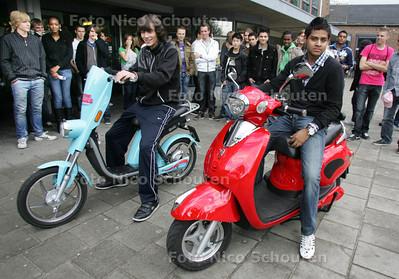 elektrische scooter uitproberen door jongeren, Hofstad Lyceum - DEN HAAG 30 SEPTEMBER 2010 - FOTO NICO SCHOUTEN