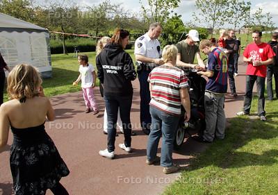High tea in tent met bewoners en jongeren Floriadepark - Jongeren draaien joint onder het toeziend oog van de wijkagent - ZOETERMEER 5 SEPTEMBER 2010 - FOTO NICO SCHOUTEN
