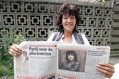 Een blije Jet Zonnenberg, die vandaag veel aandacht krijgt nalv het artikel in de krant van vandaag, waarin ze aankondigt een Partij voor de Armoede te willen oprichten - DEN HAAG 3 SEPTEMBER 2010 - FOTO NICO SCHOUTEN
