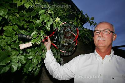 """Frits Don, de tennistrainer die uit de tenniswereld stapt - Hangt zijn tennisrackets aan de """"wilgen"""" - NAALDWIJK 6 SEPTEMBER 2010 - FOTO NICO SCHOUTEN"""