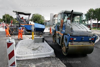 Voor wijkenpagina - Nieuwe Rotondes van der Hagenstraat bijna klaar. Nog een paar stukjes asfalt en de rotondes zijn klaar. Verkeer kan al gedeeltelijk gebruik maken van de rotondes. De van der Hagenstraat is echter nog wel afgesloten. Het verkeer moet nog even geduld hebben - ZOETERMEER 1 SEPTEMBER 2010 - FOTO NICO SCHOUTEN