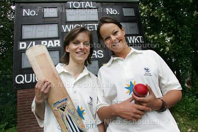Quick-cricketster Alarda Mol (r) en Helmien Rambaldo - DEN HAAG 10 SEPTEMBER 2010 - FOTO NICO SCHOUTEN